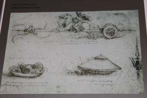 """Boceto de Leonardo da Vinci del vehículo armado (abajo). Science Museum (Londres). Exposición """"The Mechanics of Genius"""". Foto: Ángeles Gómez."""